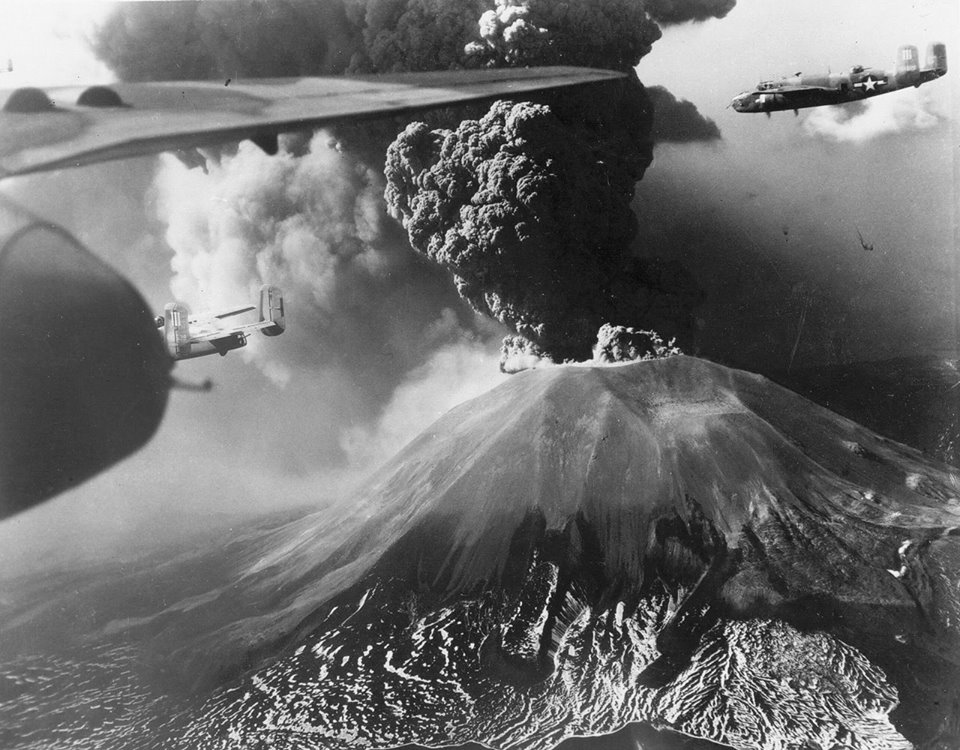 447th Squadron B-25s fly past erupting Vesuvius, 1944 fonte: https://www.flickr.com/photos/13964815@N00/5492885718
